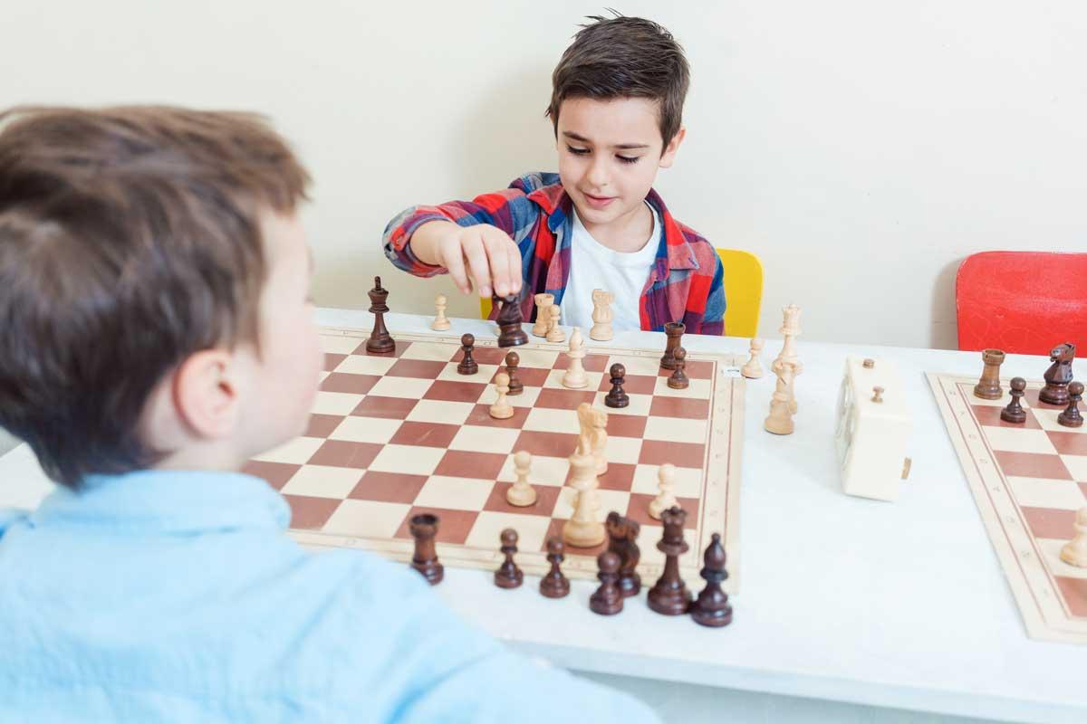 Tournoi jeu d'échecs entre deux enfants