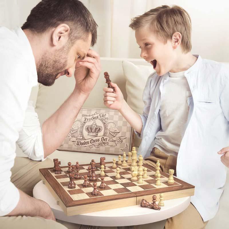 Une patie de jeu d'échecs entre un enfant et un adulte