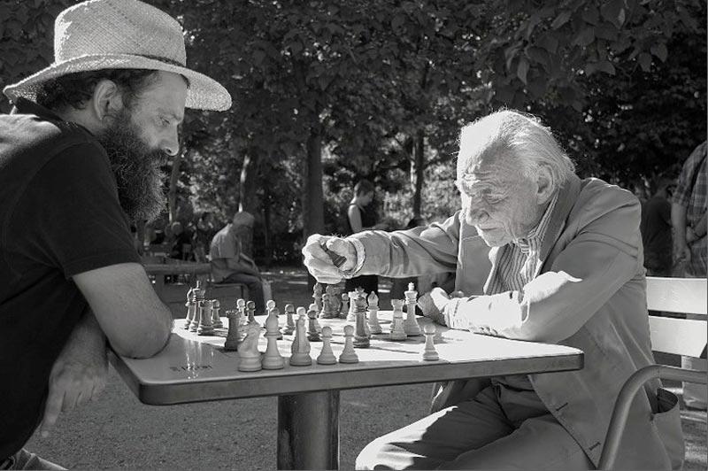 Une partie d'échecs en plein coeu du Jardin du Luxembourd à Paris