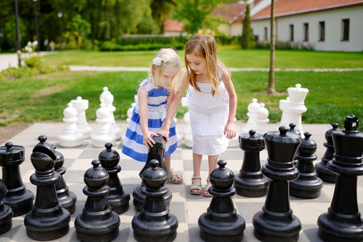 Une partie de jeu d'échecs d'extérieur en famille dans le jardin