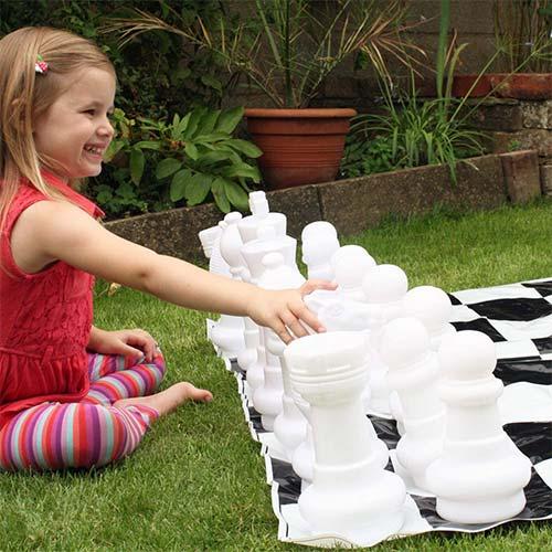 Initier vos enfants avec ce jeu d'échecs de jardin