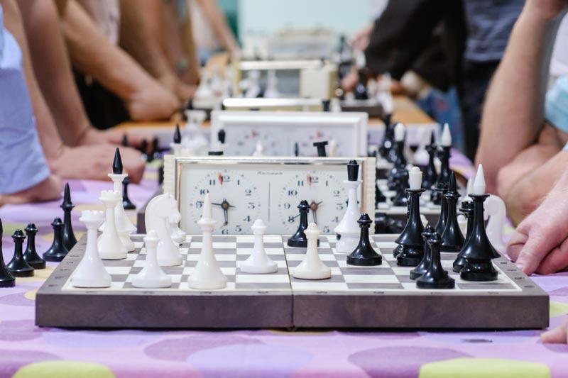 Une partie d'échecs avec une horloge