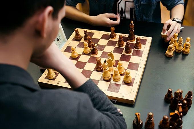 Donner plus de chances aux pièces noirs en proposant deux coups d'affilé.